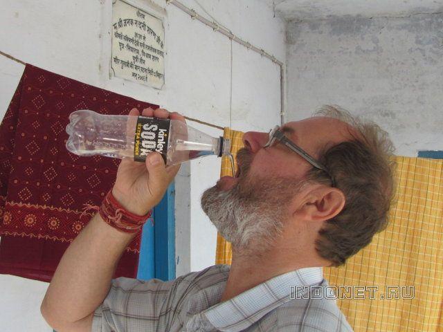 Как пьют воду в Индии