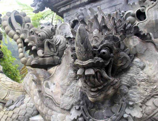 Демоны у входа в храм на Бали