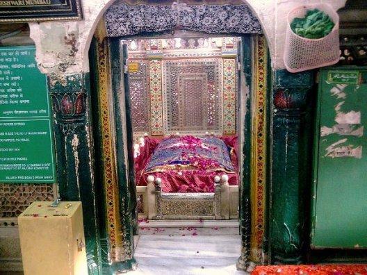 вход в мавзолей Амира Хосрова