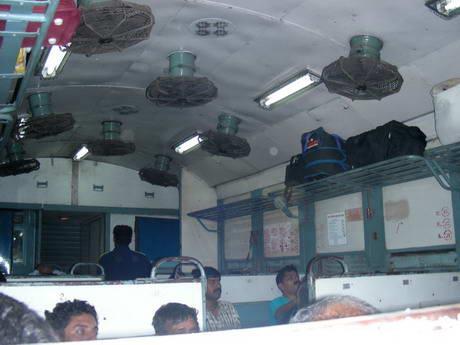 индийский пассажирский поезд, типа электрички