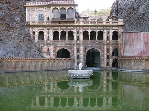 Вода в Храме Обезьян – запах соответствует цвету.