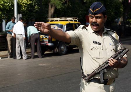 """Не """"энфилдом"""" единым... На груди мумбайского полицая висит пистолет-пулемет """"стерлинг"""" образца 1944 г."""