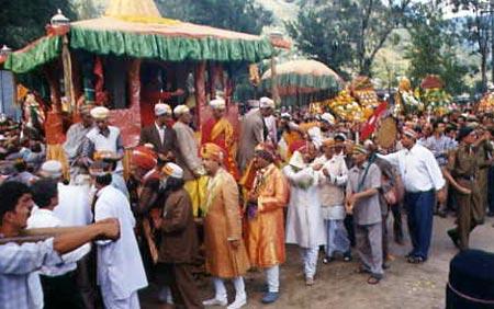 Царь (Раджа) долины Куллу приветсвует богов