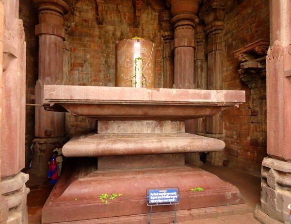 шивалингам в храме Шивы в Бходжпуре