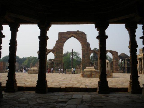 Мехраули. Мечеть Кувват-уль-Ислам и Железная колонна