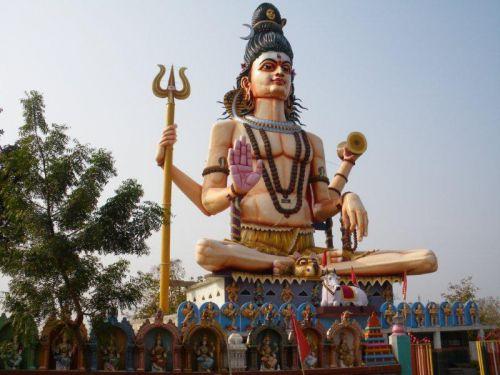 Омкарешвар, огромная скульптура над храмом