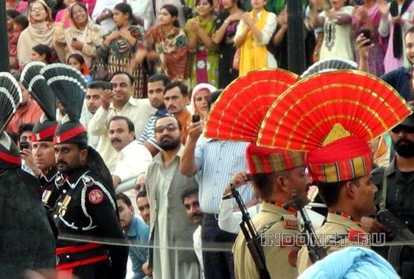 Амритсар, Атари. Индийские и пакистанские пограничники на церемонии