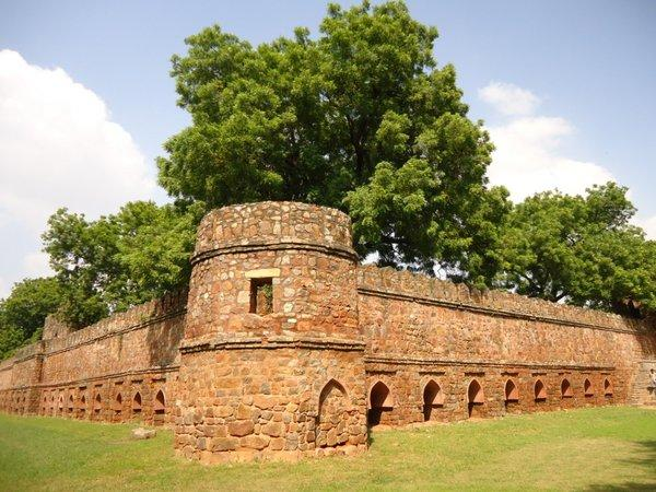 крепостная стена вокруг мавзолея Сикандера Лоди