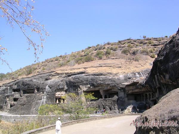 Эллора, общий вид на буддийские скальные храмы