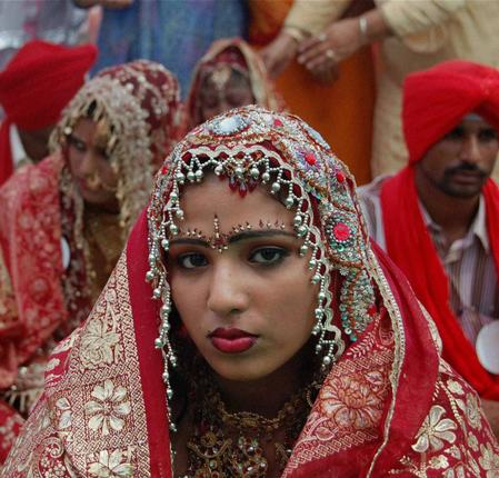 Сикхская невеста ожидает бракосочетания в храме Амритсара.  фото www.thehindu.com