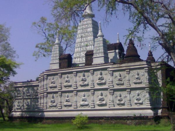 копия каменного храма в муанг боран