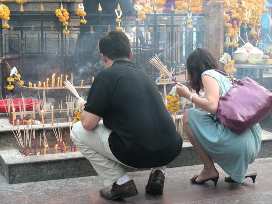 Храм Эраван, тайцы в индуистском храме