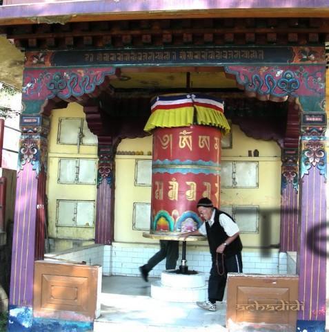 Старик-тибетец и молельный барабан