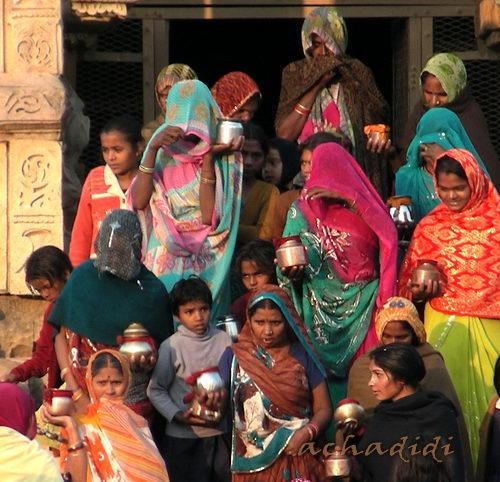 Женщины с кувшинами в храме на празднике Дивали