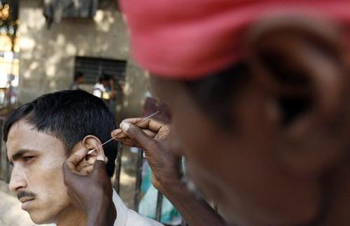 Эти люди не понимают что они делают. Если вам повредят ухо – то единственное, что вы получите в качестве компенсации – это «Сорри Сэр». Ваше здоровье в ваших руках! Не ленитесь, чистите себе уши сами!