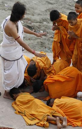 Гуру пурнима в Варанаси, у ног гуру. Фото: AP, www.thehindu.com