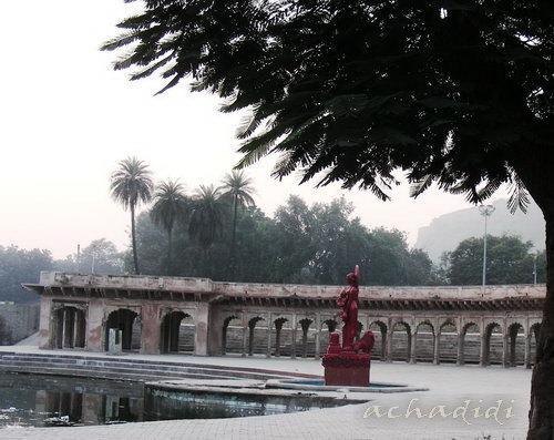Парк Гвалиора с прудом и колоннадой