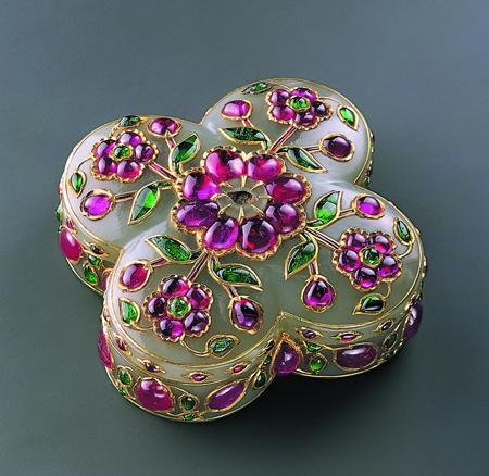 Индия, вероятно, Декан, 17 в. Материал: нефрит, рубины, изумруды, золото Техника: резьба, инкрустация, кундан