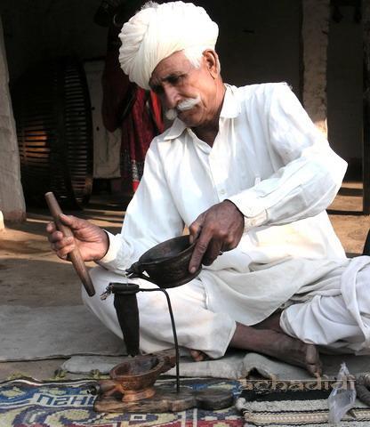 Мужчина-бишной совершает опиумный ритуал