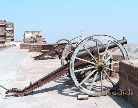 Старинные пушки на крепостных стенах форта Джодхпура