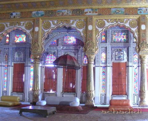 Зал приемов махараджи Джодхпуру с золотыми колоннами