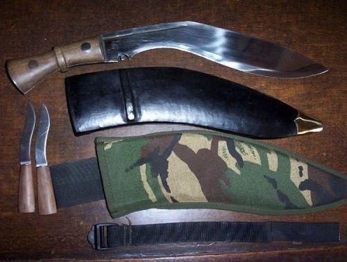 Кукри, состоящий на вооружении гуркхов британской армии. В комплект входит камуфляжный чехол для ножен