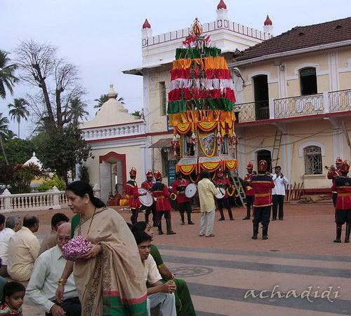 Махашиваратри в Понде - храмовая колесница в цветах и праздничный оркестр