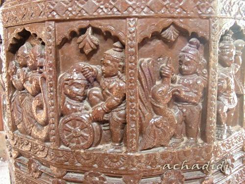 Резные деревянные колонны в старом храме Маликарджуна