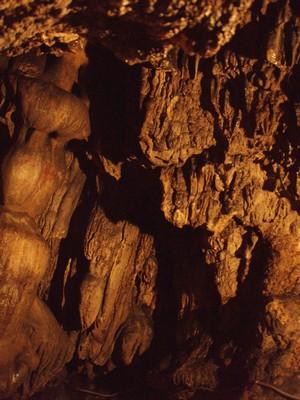 кусочек туристической подсвеченной пещеры
