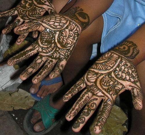 Расписанные хной руки индийских девочек