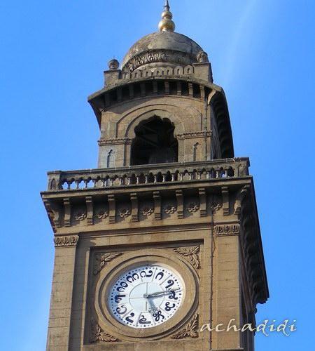 Южно-индийское время ;)) Часовая башня в Майсоре, штат Карнатака и цифры на часах на  алфавите малаялам