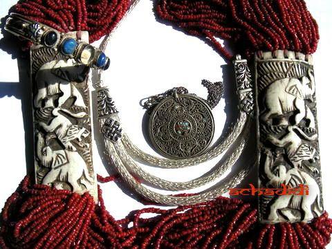 Вот непальские браслеты, ожерелья, амулеты...
