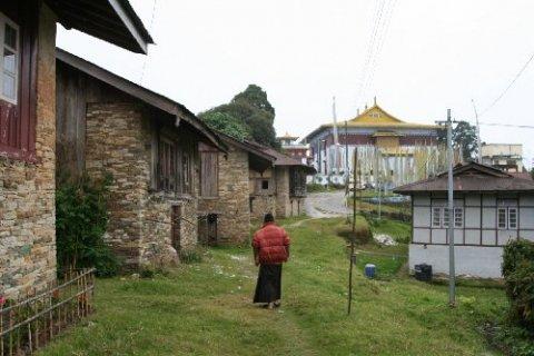 Монастырь Пемаянгцзе. Монашеские кельи на фоне главного здания