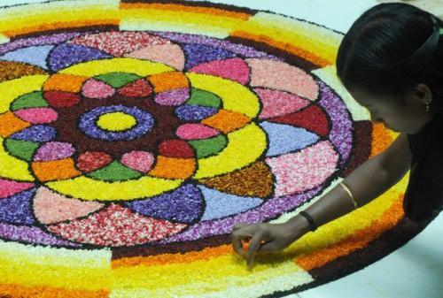 Керальская девушка создает пуколам. H. Vibhu