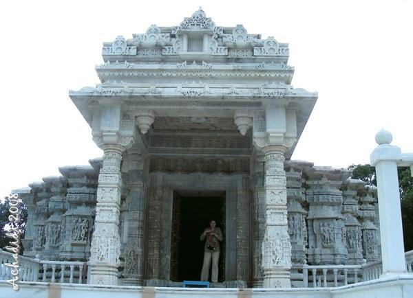 Мраморный джайнский храм Ачалгарха