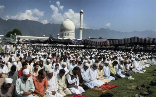 Мусульмане молятся в праздник рамазан в Шринагаре, фото thehindu.com