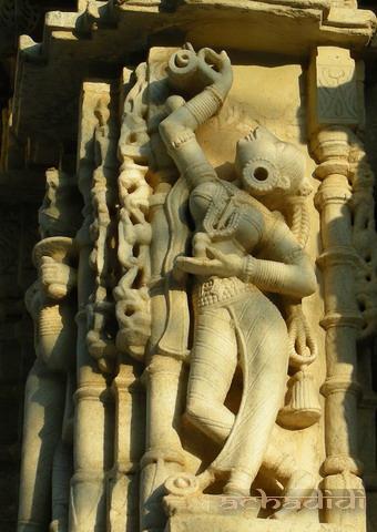Ранакпур. Джайнская девушка на стене храма