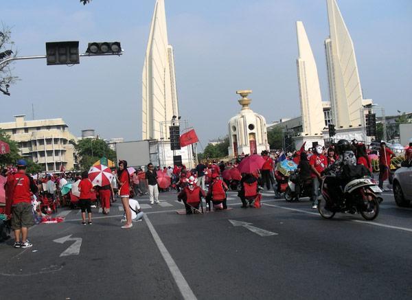 красный митинг в бангкоке перекрыл движение транспорта