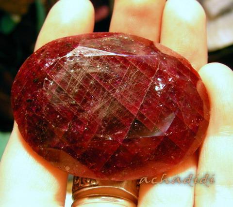 Огромный темно-красный рубин из Индии