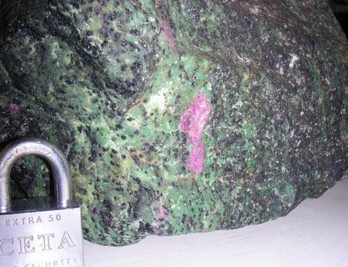 рубин в породе-зоизите, рядом замок амборный