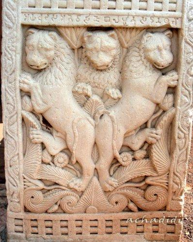 Рельефы львов на боковых частях тораны