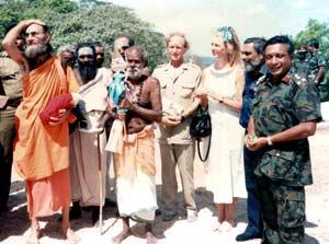 Свами Шива Калки (слева) во время одного из мероприятий в 1988 г.