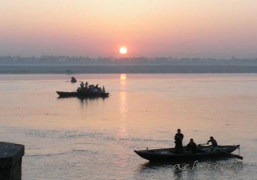 Восход солнца над Гангой в Варанаси