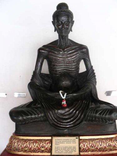 статуя будды- отшельника - аскета