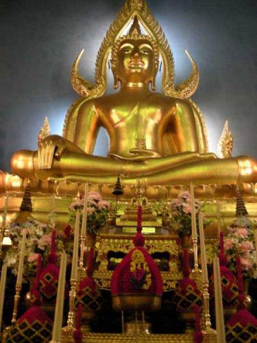большой золотой будда внутри храма ват бен
