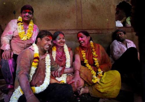 Холи во Вриндаване. Измажем друг друга в честь Кришны и Радхи! Фото AP www.thehindu.com