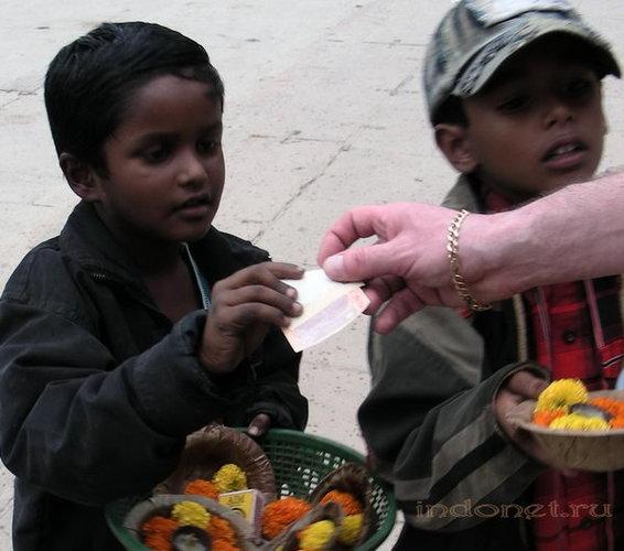Мальчики работают продавцами