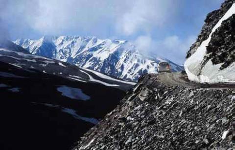 Гималайская дорога над пропастью