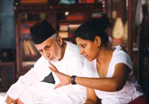 Нандита Дас в качестве режиссера с Насируддином Шахом во время съемок ее первого фильма «Firaaq»