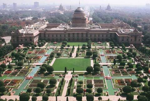 Вид с воздуха на Могольский сад в Раштрапати Бхаване, Нью-Дели.